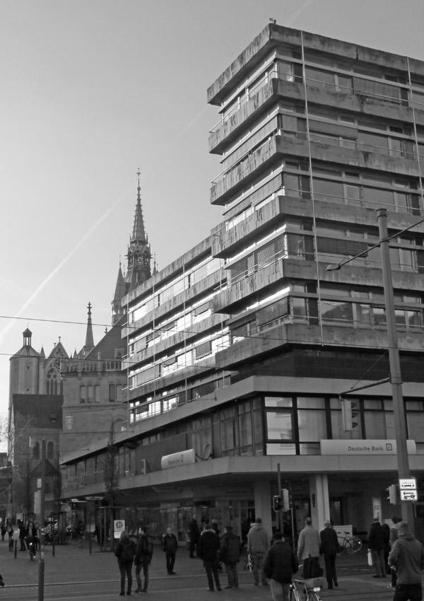 Stilmischmasch im Stadtzentrum: Neugotik des 19. Jahrhunderts, gekachelte Zweckbauten und bescheidene Großstadt-Moderne auf engstem Raum